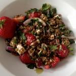 Lauwarmer Linsensalat mit Erdbeeren, Schafskäse und roten Zwiebeln.