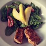 Eingelegter Tofu mit grünem Salat und Birne.